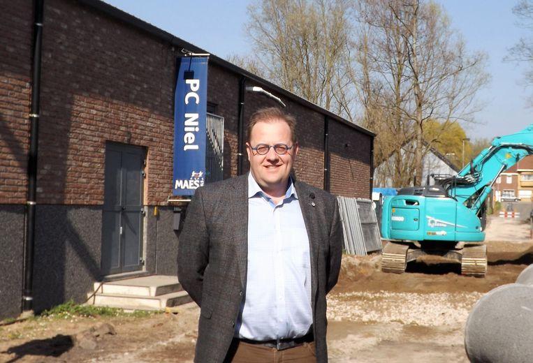 Burgemeester Tom De Vries (Open Vld) bij de werken in de Legastraat.