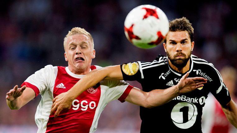 Donny van de Beek van Ajax in duel met Jurgen Skjelvik van Rosenborg tijdens de eerste wedstrijd tussen de clubs. Beeld anp