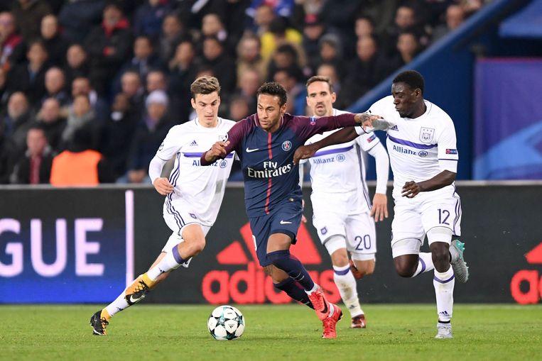 Appiah, Kums en Gerkens in de achtervolging op Neymar, wanneer die er vlak voor rusten 2-0 van maakte.