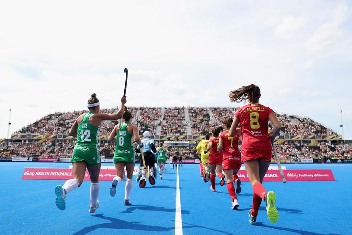De speelsters van Ierland en Spanje komen het veld op.