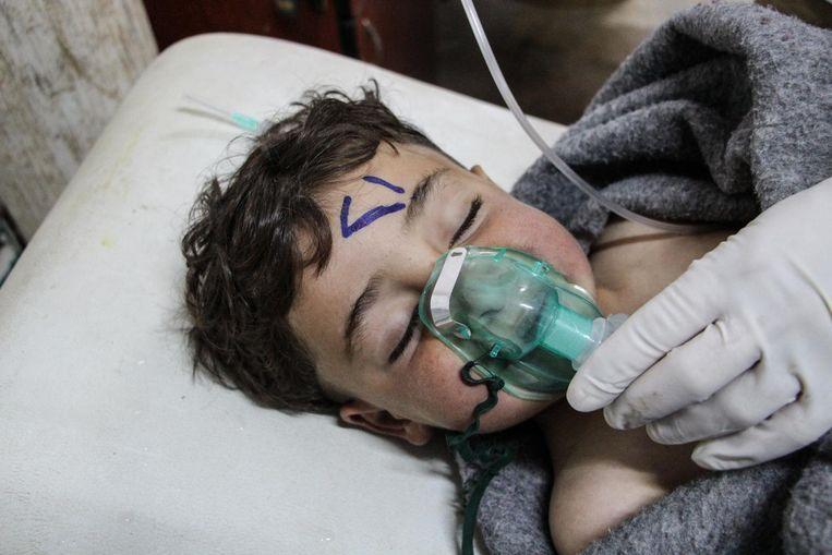 Een kindje krijgt zuurstof toegediend ter behandeling in het ziekenhuis. Beeld epa