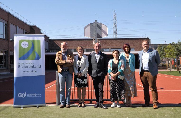 Van links naar rechts: Jo Roels (voorzitter van de Raad van Bestuur van Scholengroep Rivierenland),  Conny Romswinkel (algemeen directeur van de Scholengroep Rivierenland), schepen van Onderwijs Eddy Soetewey (N-VA), Veerle Poelmans (algemeen directeur van het Lokaal Bestuur Niel), Kathleen Van Mechelen (directrice van GBS Niel), en burgemeester Tom De Vries (Open Vld).