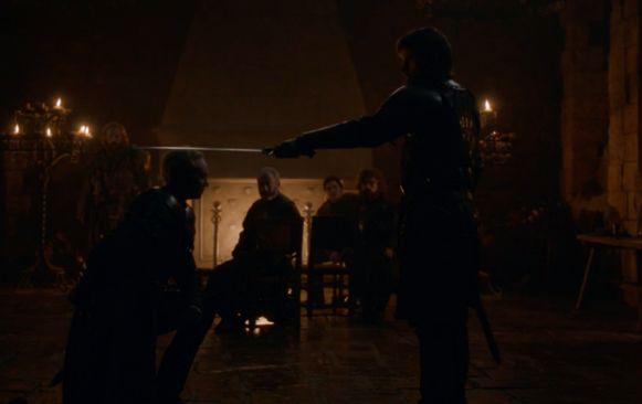 Jaime slaat Brienne tot ridder.