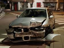 Automobilist verliest macht over het stuur en knalt tegen gevel van tapasbar in Hilversum