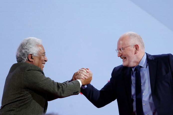 De Portugese premier Antonio Costa (links) schudt de hand van Frans Timmermans, vandaag tijdens het partijcongres van de Europese sociaaldemocraten in Lissabon.