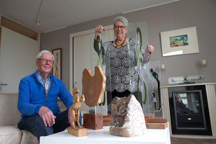 Hetty Huntelerslag en Theo Bolk, kunstliefhebbers in zorgcentrum Meulenvelden. Zij houden in maart een kunst- en hobbyfair en laten daar ook hun eigen werk zien.