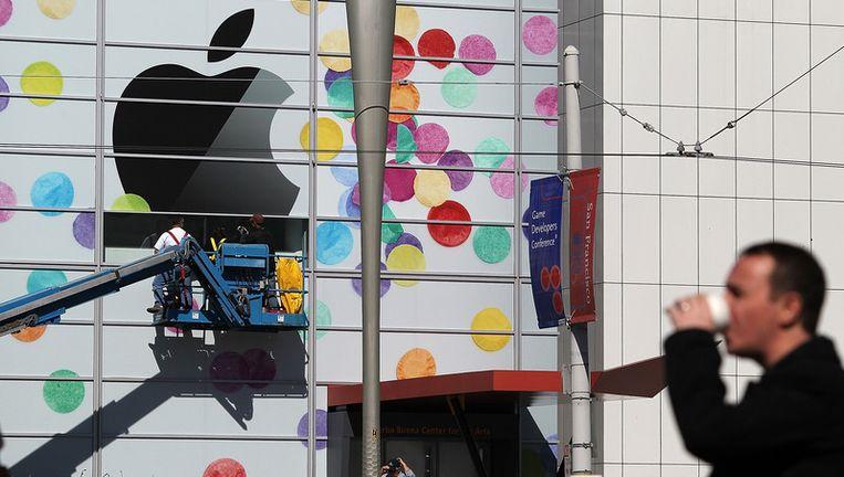 Het Apple-logo wordt aangebracht op de gevel van het Yerba Buena Center for the Arts waar vanavond de iPad 2 wordt gelanceerd. Beeld