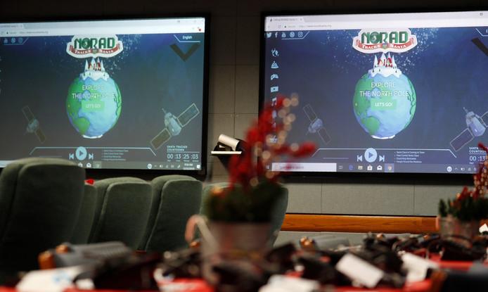 Op monitors in de speciale Kerstman-trackingsruimte van NORAD wordt de route van de Kerstman gevolgd