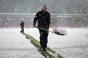 Voor de wedstrijd werd er nog sneeuw geruimd in de Adelaarshorst. Uiteindelijk werd de wedstrijd vrijdagavond afgelast.