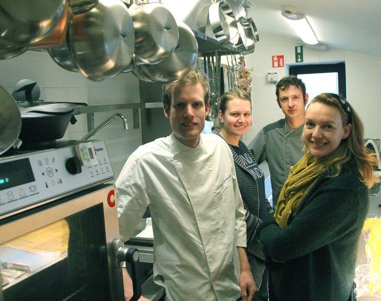 Vlnr: Thijs, Lore, Raf en Sofie in de keuken.