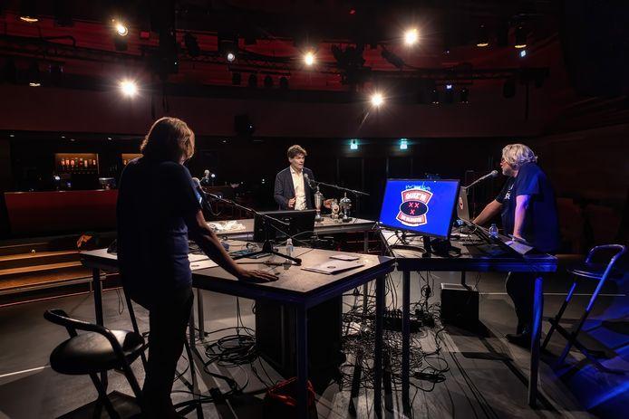 Burgemeester Paul Depla (midden) werkte in april mee aan de online quiz Baas van Breda, die toen vanuit Mezz werd uitgezonden.