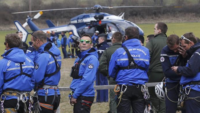 Reddingswerkers van de Franse gendarmerie verzamelen zich dicht bij de rampplek. Ze worden met helikopters naar de crashsite gebracht.