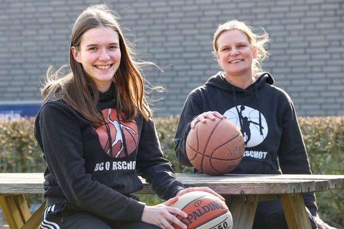 """Trainsters Sophie Wouters (links) en Lizette de Corte van Basketbal Club Oirschot. ,,Voor ons zijn de teams al kampioenen.""""."""