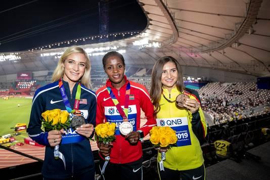 Beatrice Chepkoech met haar gouden medaille na de 3.000 meter steeplechase, samen met Emma Coburn (zilver) en Felicitas Krause (brons).