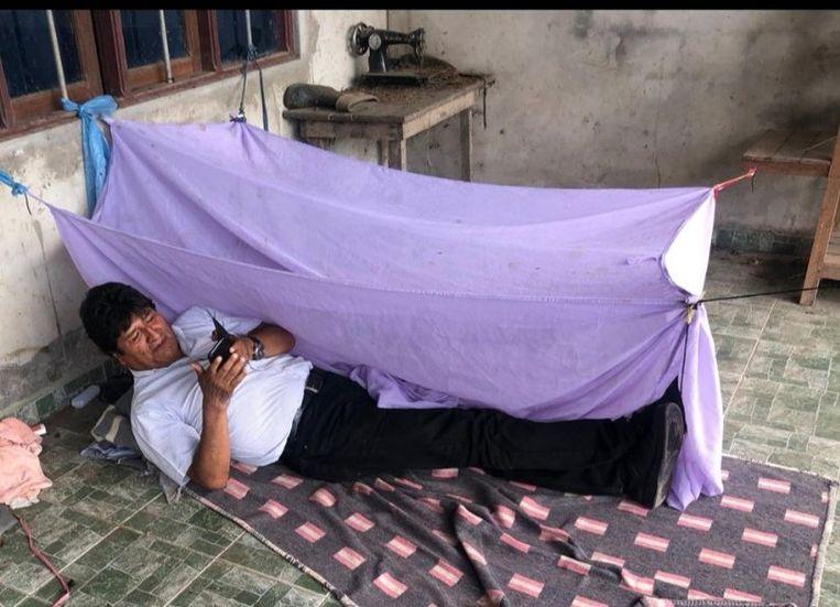 President Morales twittert hoe hij de eerste nacht op een onbekende locatie doorbrengt nadat hij is afgetreden. Beeld AFP