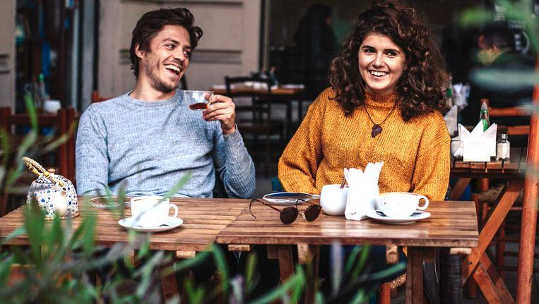 David Kellerman en Valerie Hirschhauser van Frank About Tea, een startup die thee direct vanaf de plantage bij mensen thuis bezorgt. Beeld Brice Garcin/Frank About Tea