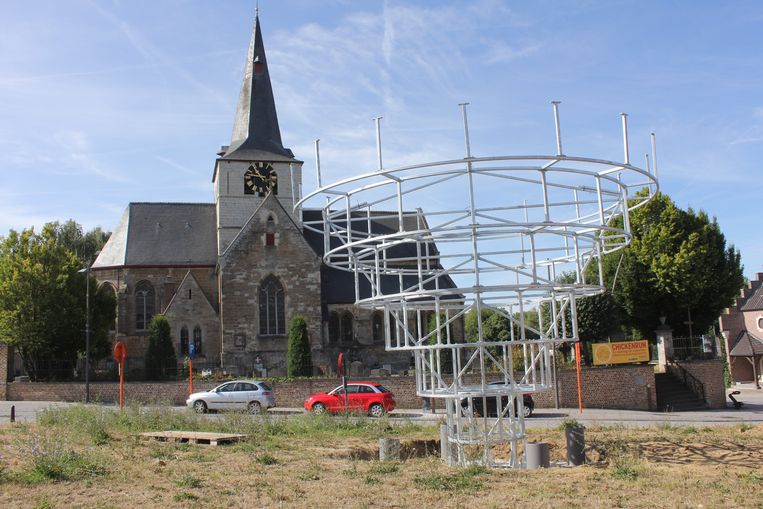 Het nog niet afgewerkte kunstontwerp op het dorpsplein van Meldert.