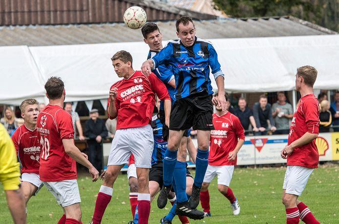 DWSH-speler Tom Verheijen torent boven SVS'ers uit in het thuisduel van vorig seizoen.