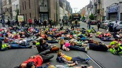 """Tientallen """"verkeersslachtoffers"""" gaan liggen op gevaarlijk kruispunt in Schaarbeek"""