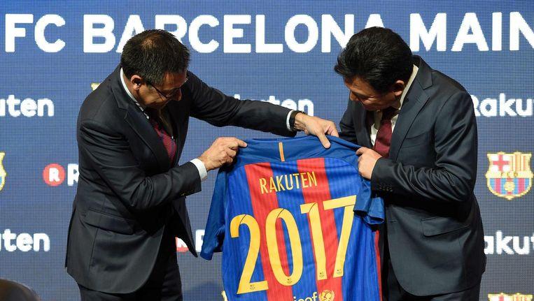 Barcelona-voorzitter Josep Maria Bartomeu (L) en Rakuten-ceo Hiroshi Mikitani (R) Beeld anp
