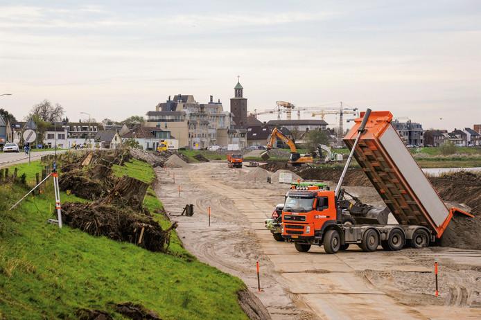 Najaar 2013: het werk om de Sleeuwijksedijk te verschuiven begint met grondverzet.