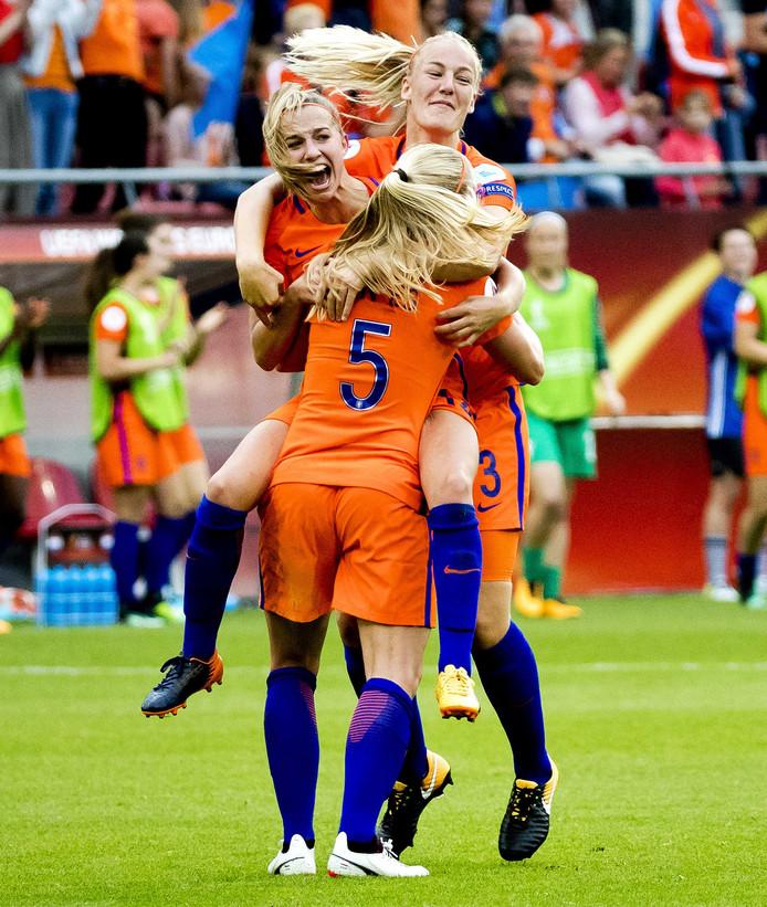 Vreugde bij Jackie Groenen, Kika van Es en Stefanie van der Gragt.