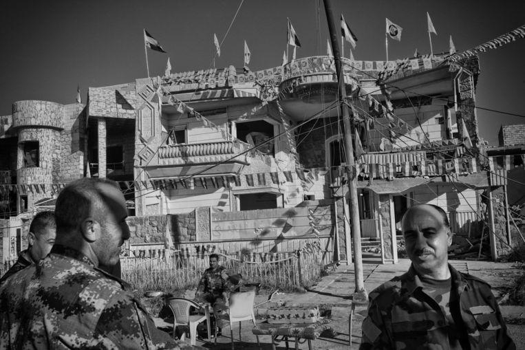 KDP-hoofdkwartier met vlaggen. Beeld Eddy van Wessel