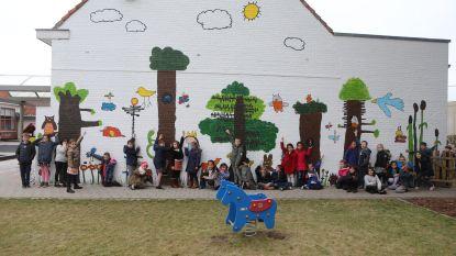 Kleurrijke MUURKUUR-muur voor basisschool Klim-Op