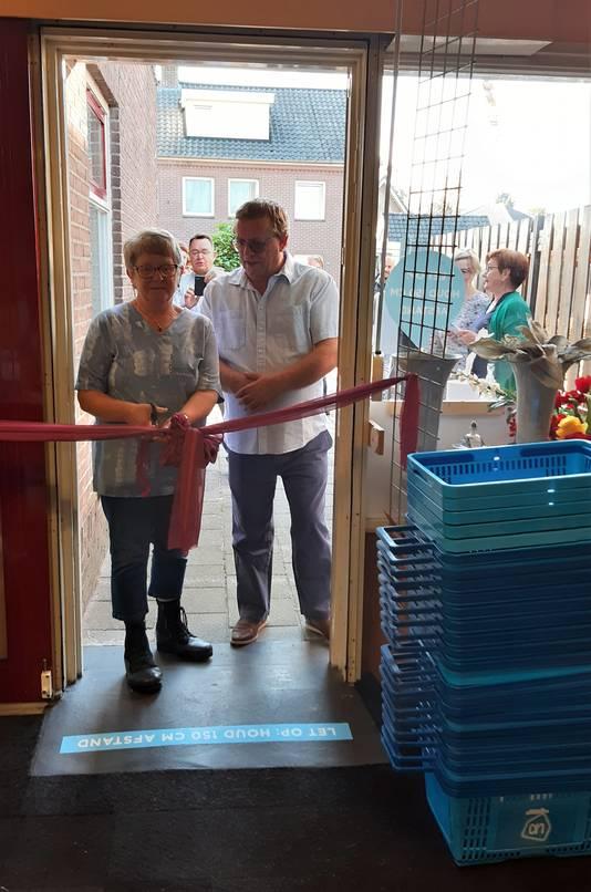 Maria en Rini Maas openden de rommelwinkel officieel.