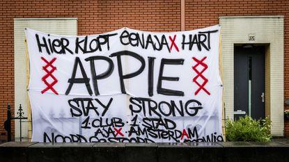 """Fans van Ajax steken speler die in elkaar zakte op veld hart onder de riem: """"Hier klopt een Ajax-hart"""""""