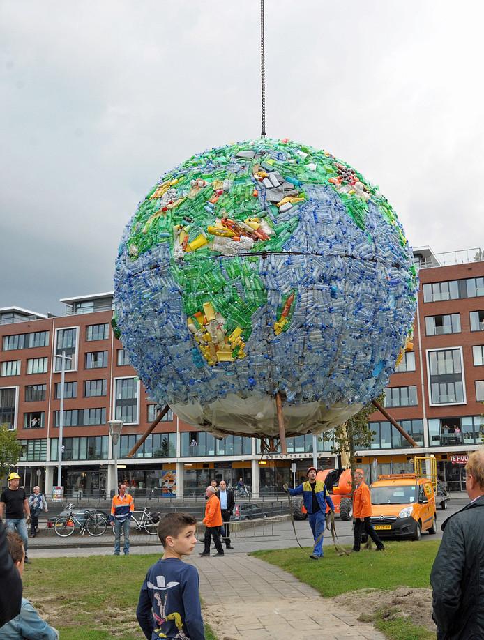 Plaatsing plastic wereldbol op Axelsedam bij de Terneuzense binnenstad.