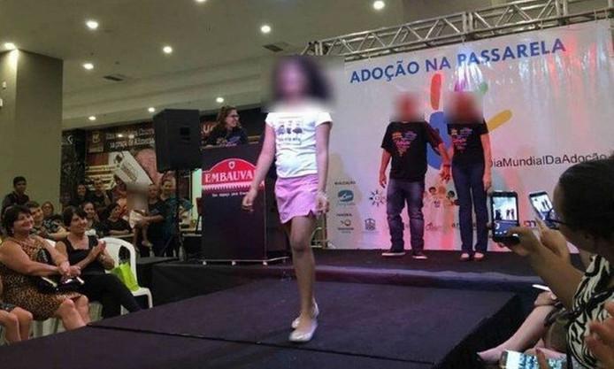 Des enfants à l'adoption défilent sur un podium installé dans un centre commercial au Brésil. La photo aurait été prise en 2016, lors d'un précédent événement similaire.