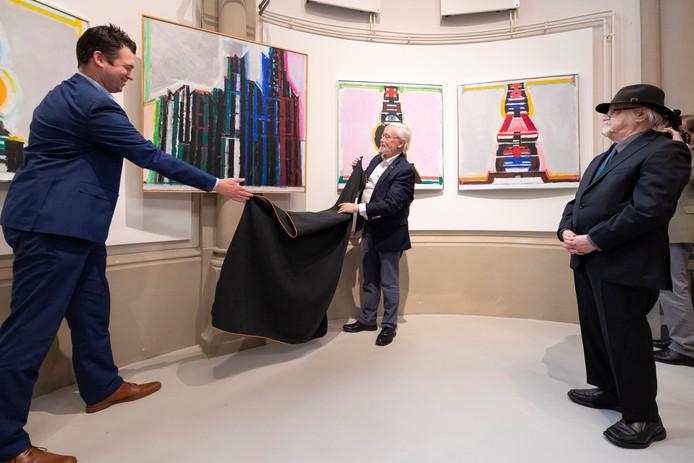 Henk Smeets en wethouder Twan van de Ven onthulden in maart het schilderij dat Jacques Frenken(R) op zijn 90ste verjaardag schonk aan het Vughts Museum .