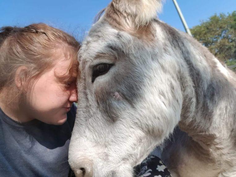 Therapie met een ezel: Celeste met ezel Jules. Beeld Ezelstal Hans en Grietje
