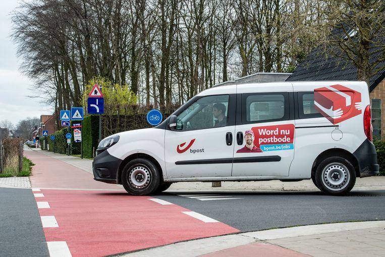 De postbodes doen straks meer dan alleen de post verdelen. Op hun auto's worden camera's geplaatst die de verkeersborden, verlichtingspalen en later zelf de staat van de weg in beeld zullen brengen.