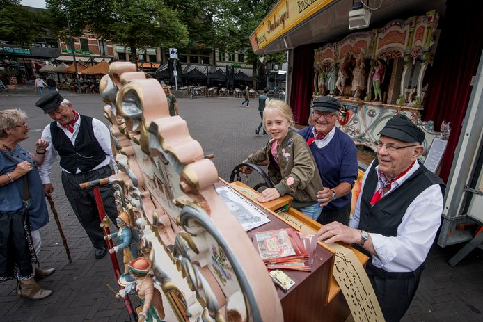 Stadsorgel De Tukker tijdens een concert op de Oude Markt. Achter het orgel Daniek Robaard met de orgeldraaiers Jan Groeneveld en Bertus Borkens.