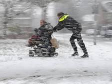 Dienstbaarheid in de sneeuw: wijkagent duwt gestrande scootmobieler naar huis