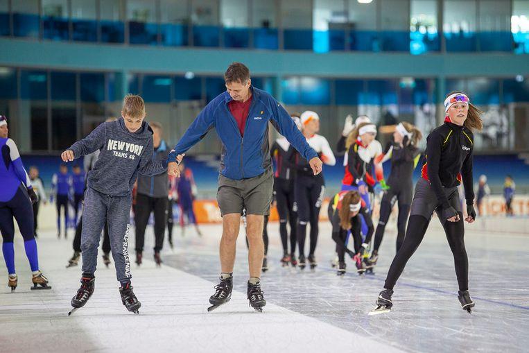 Vader en zoon De Putter zijn overgekomen uit Oeganda en schaatsen in Thialf op het zomerijs.  Beeld Harry Cock / de Volkskrant