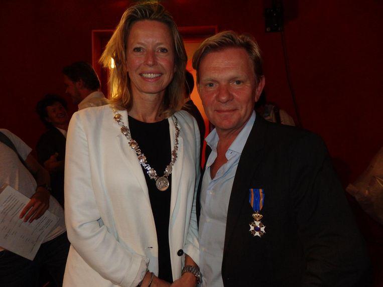 Locoburgemeester Kajsa Ollongren benoemt documentairemaker Michiel van Erp (r) tot Ridder in de Orde van de Nederlandse Leeuw. 'E-nor-rem leuk.' Beeld Hans van der Beek