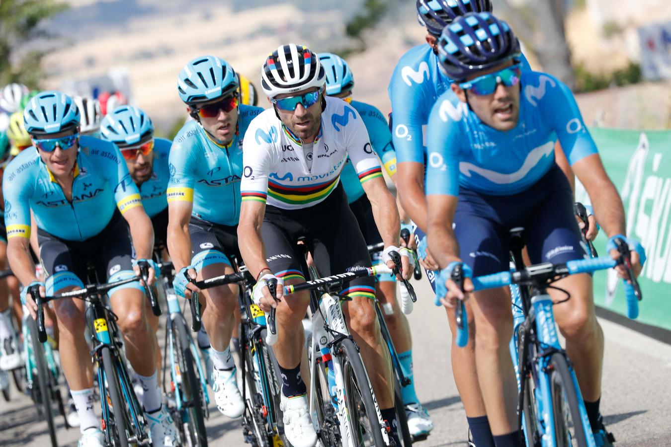 Alejandro Valverde in de regenboogtrui tussen zijn ploegmaten.