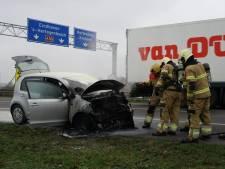 Auto vliegt in brand op A326 bij Wijchen