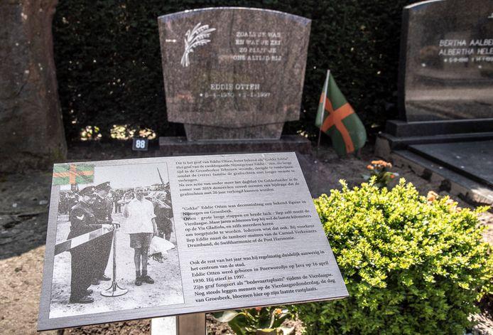 Bij het graf op de hervormde begraafplaats in Groesbeek van Eddie Otten beter bekend als 'Gekke Eddie' is nu een bordje met uitleg komen te staan over wie Eddie eigenlijk was.