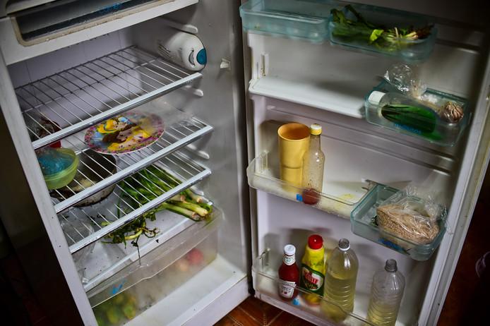 Een karig gevulde koelkast.