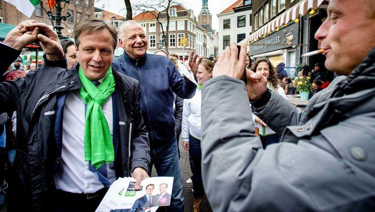 D66-leider Alexander Pechtold deelt flyers uit tijdens de campagne in Den Haag in aanloop naar de Provinciale Statenverkiezingen. Beeld anp