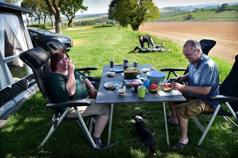 Kamperen kan nog – zoals deze familie doet op camping Gulperberg in Gulpen – maar met beperkingen. Beeld Marcel van den Bergh