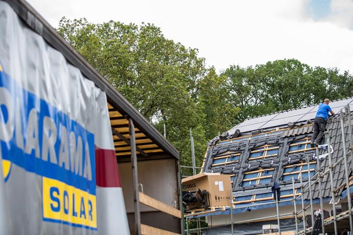 Er wordt nog zeker gebouwd in de gemeente  Lochem. Op deze foto werken bouwvakkers aan een project aan de Deventerweg in Laren. Maar het probleem volgens sommigen - waaronder de PvdA-fractie- is: er wordt te weinig gebouwd in de goedkopere prijsklasse. Maar lang niet alle fracties denken daar zo over, bleek gisteravond tijdens de raadsvergadering.