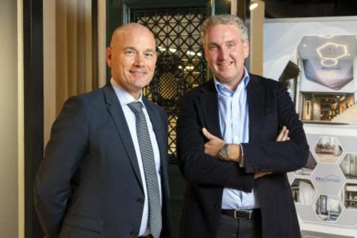 Johan Weekamp (CEO Weekamp Deuren) en Victor Aquina (CEO Deli Home) poseren samen na de ondertekening.