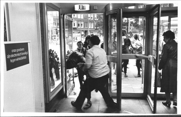 Schermutseling na proletarische winkelactie filiaal Bilderdijkstraat, Amsterdam 1987 Beeld Martijn de Jonge