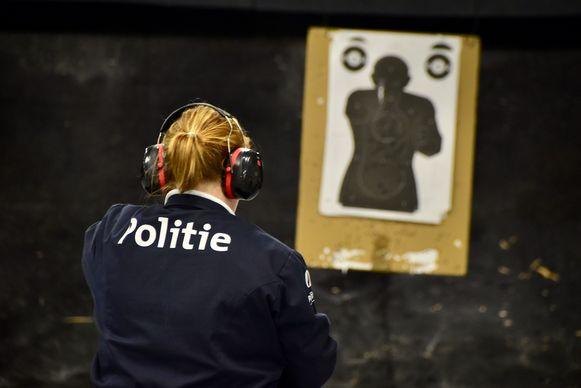 Een politie-inspecteur oefent in de schietstand in Roeselare.