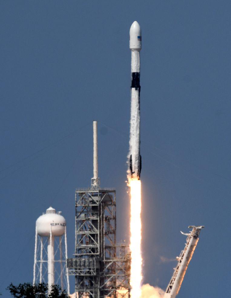 De Falcon 9-raket van SpaceCX bij de lancering vrijdag vanaf het Kennedy Space Center in Florida.